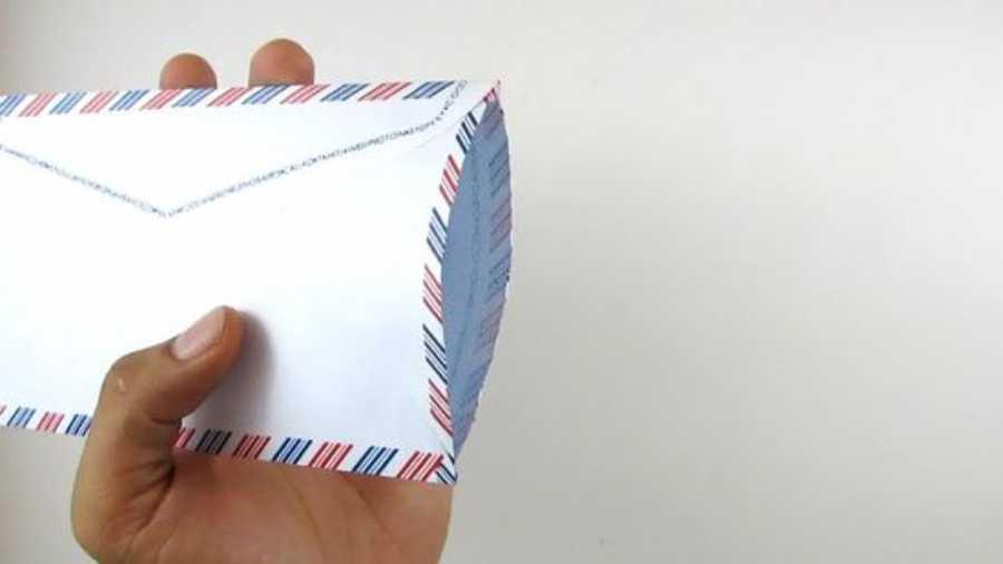 abrindo envelope